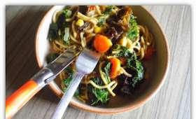 Nouilles chinoises, choux kale, légumes et champignons