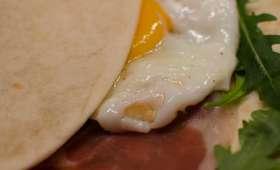 Piadina romagnola au jambon de Parme, à la roquette et à l'œuf au plat
