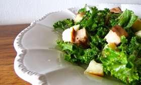 Salade de kale, petits pois, tofu fumé et halloumi