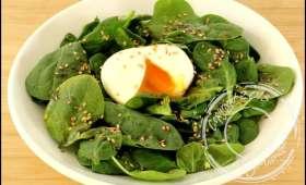 Salade d'épinards à l'oeuf mi-cuit