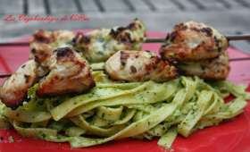 Brochettes de poulet mariné au basilic et tagliatelles fraîches au pesto