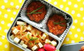Bento mini cake à la tomate et semoule, légumes, thon