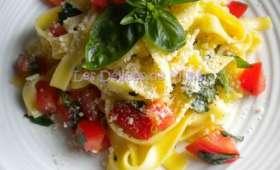 Tagliatelles aux tomates crues, ail et basilic