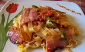 Tagliatelles à la ventrèche croustillante, piments doux basques, tomates et piment d'Espelette