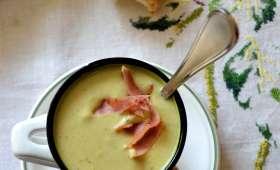 Velouté de brocoli au Boursin ail et fines herbes, chips de bacon