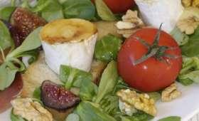 Salade de mâche au camembert fondant figues noix et brésaola