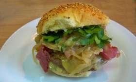 Hamburger savoyards au lard fumé, fondue d'oignons au Xérès et Tomme de savoie