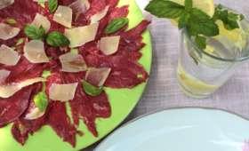 Carpaccio de boeuf à l'huile d'olives lucques, parmesan et basilic