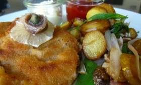 Dinde panée façon schnitzel, salade de chou et pommes de terre rôties