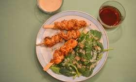 Brochettes de poulet Teriyaki et salade de pousse d'épinards sauce sésame