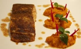 Pavé de saumon en croute d' épices, purée carottes-sauges ananas