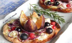 Tarte fine aux figues, chèvre, fruits rouges et romarin à la façon d'Inés Rosales