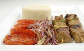 Brochettes de bœuf et attiéké