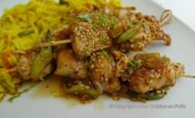 Brochettes de poulet au sésame doré et riz épicé