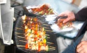 Brochettes aux saucisses knacki, jambon, champignons