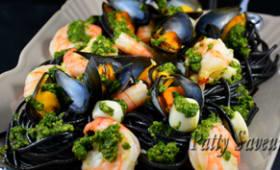 Pates à l'encre de seiche, coquillages et crustacés