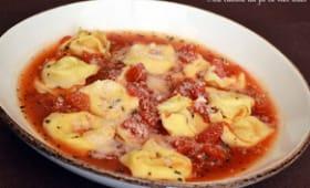 Bouillon aux tomates fraîches et pâtes tortellini