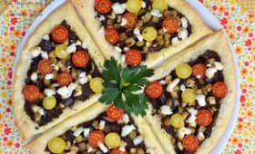 Feuilletés à la tapenade, aubergines grillées, tomates cerise et fromage de chèvre