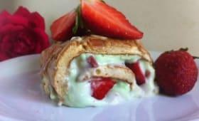 La meringue roulée à la pistache et aux fraises