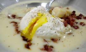 Velouté d'asperges, croustillant de jambon cru et œuf poché