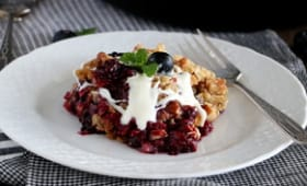 Crumble aux fruits rouges et sauce chocolat blanc