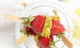 Brochette de fraises, mozzarella et poudre de pistaches