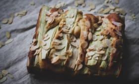 Gâteau au yaourt grec, sirop de rhubarbe, rhubarbe fraîche et amandes effilées