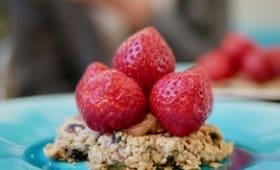 Tarte muesli aux fraises et à la rhubarbe