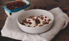 Yaourt grec, groseilles, croquants aux noix et sirop d'agave