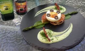 Œuf au plat sur fougasse aux olives et lardons, mascarpone aux asperges vertes