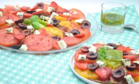 Salade de tomates, fraises, cerises, fromage