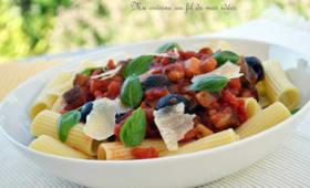 Pâtes rigatoni sauce aux tomates, aubergines et courgettes