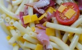 Salade de pâtes, au jambon cru, au cheddar et aux tomates cerises
