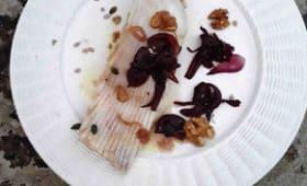 Raie vapeur, oignons violets au balsamique, vinaigrette aux noix