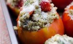 Tomates farcies au quinoa, au pesto et au parmesan