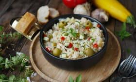 Risotto au poulet, olives vertes et légumes
