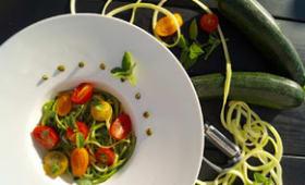 Spaghetti de courgettes au pesto et aux tomates cerises