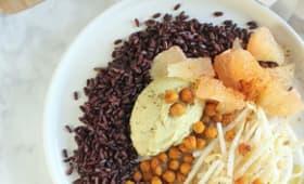 Salade de riz noir, houmous à l'avocat, pois chiches rôtis épicés, pousses de haricots mungo et suprêmes de pomelo