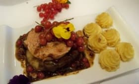 Tournedos Rossini aux baies roses, sauce onctueuse au Floc de Gasconne et aux groseilles