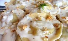 Ravioles au poireau et à la poire, sauce à la Fourme d'Ambert et noix concassées