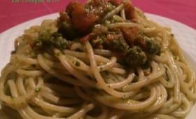 Spaghettis au pesto de roquette et tomates cerises