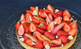 Tarte rhubarbe, fraises, amandes