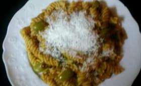Pâtes aux olives vertes et tomates