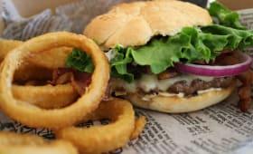 Burger et oignons frits