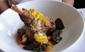 Assiette de souris d'agneau braisée servie au Maple Leaf Restaurant
