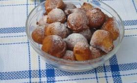 Bol de beignets sur nappe à carreaux bleus