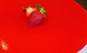Gâteau aux fraises avec un glaçage mirroir