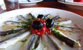 Assiette de filets d'anchois marinés