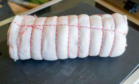 Rôti de porc bardé et ficelé