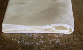 Pâte feuilletée sur un marbre
